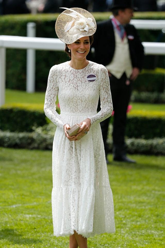 Herzogin Catherine in einem weissen Kleid mit weissem Hut.