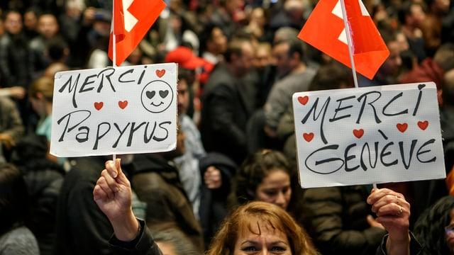 "Kundgebung mit Plakat ""Merci Papyrus, Merci Genève"""