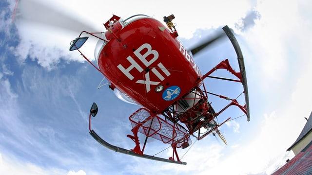 Ein Helikopter der Air Zermatt hebt ab.
