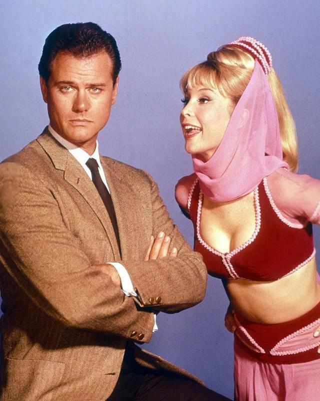 Larry Hagman als Major Tony Nelson mit der «bezaubernden Jeannie» (Barbara Eden).-