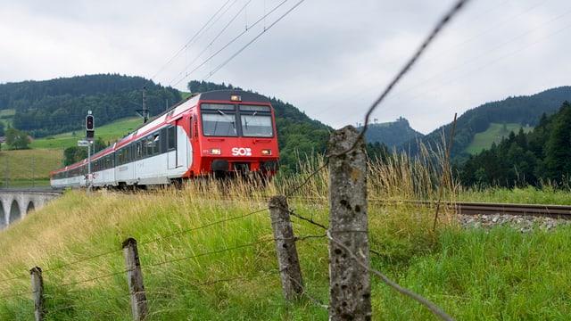 SOB-Zug fährt durch die Landschaft.