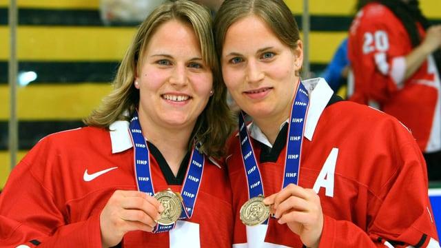 Die beide Eishockezwillinge aus Nussbaumen, Stefanie und Julia Marty, zeigen eine Medaille.