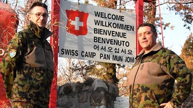 Major Patrick Andres und Divisionär Patrick Gauchat vor dem Schweizer Camp.