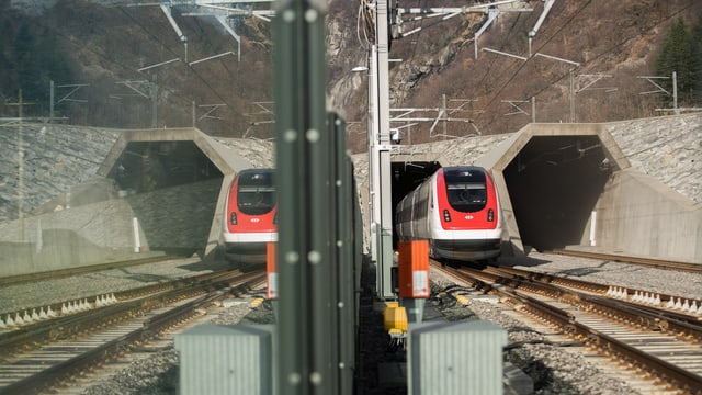 In tren vegn gist or dal tunnel da basa al Gottard.