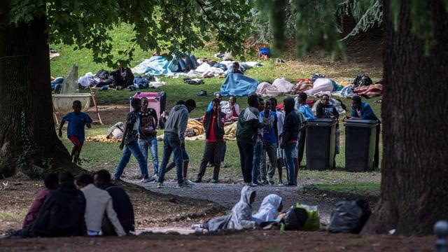 Einige Flüchtlinge in einem Park.
