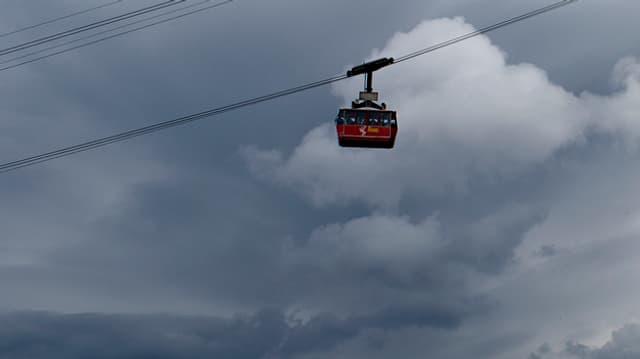 Die Pilatus-Luftseilbahn mit einer Gondel vor einem bedeckten Himmel