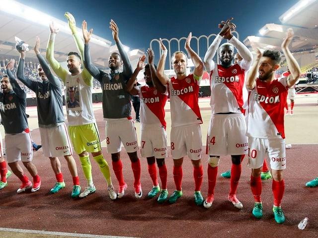 Monacos Spieler jubeln mit den Fans