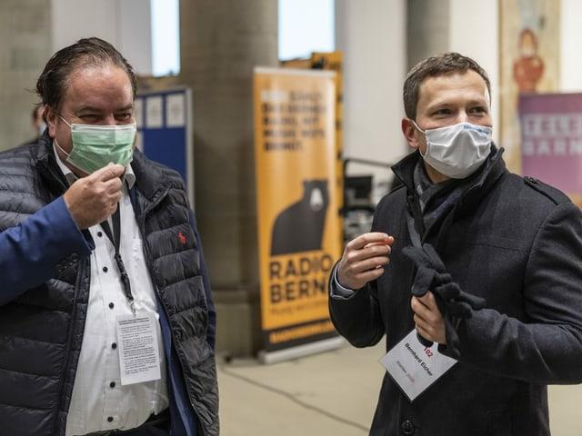 Zwei Männer mit Maske
