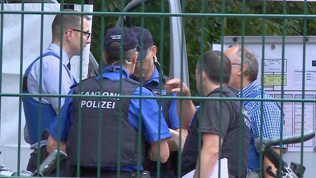 Polizisten sprechen miteinander.