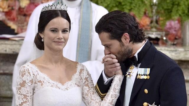 Carl Phili küsst die Hand seiner Braut bei der Hochzeit 2015