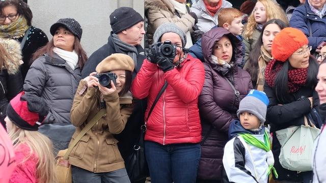Zwei Frauen fotografieren die Larven und Waagis am Cortège der Basler Fasnacht