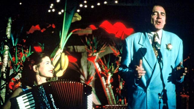 Eine Frau spielt an der Handorgel und ein Mann singt.