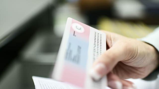 Purtret d'ina carta en il format da carta da credit cun si in C.