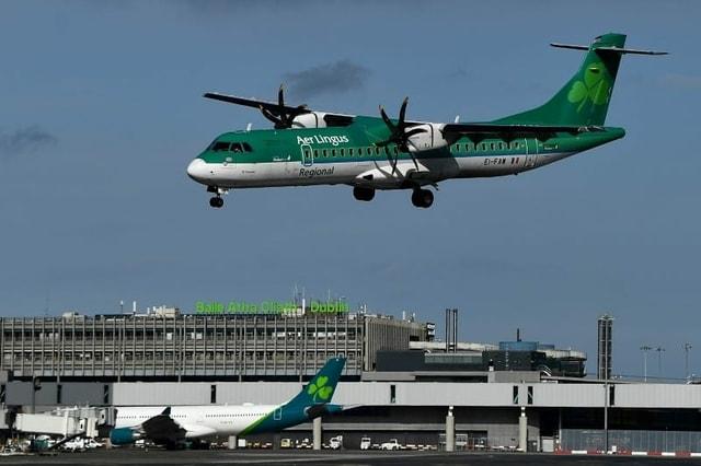 Eine Turboprop-Maschine von Aer Lingus landet auf einem Flughafen.