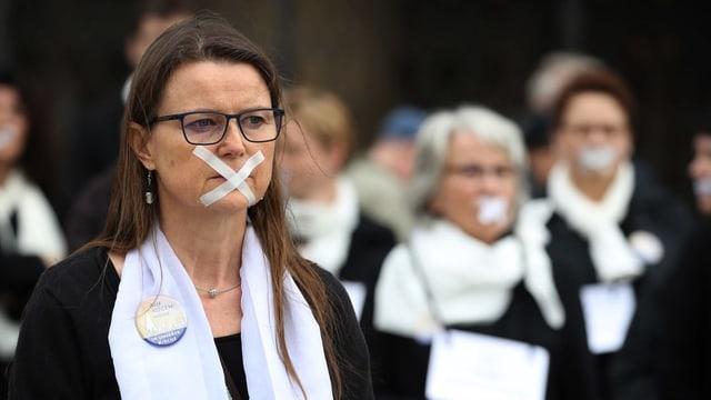 Frauen mit verklebten Mündern beim Maria 2.0 Protest in Ulm.