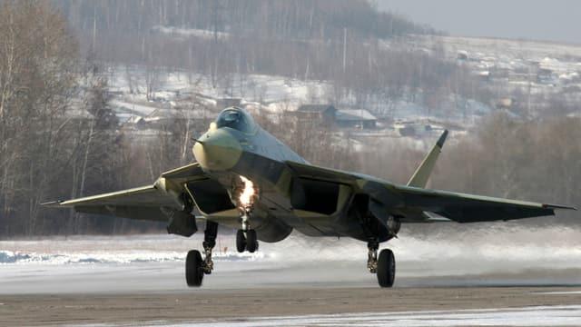Russisches Militärflugzeug beim Start.