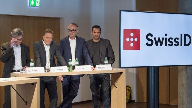 quatter umens stattan davos in pult e preschentan lur project SwissSign