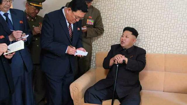 Kim Jong-Un mit Stock auf einem Sessel
