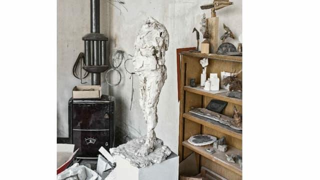Skulptur, die einen Menschen zeigt, ohne Kopf