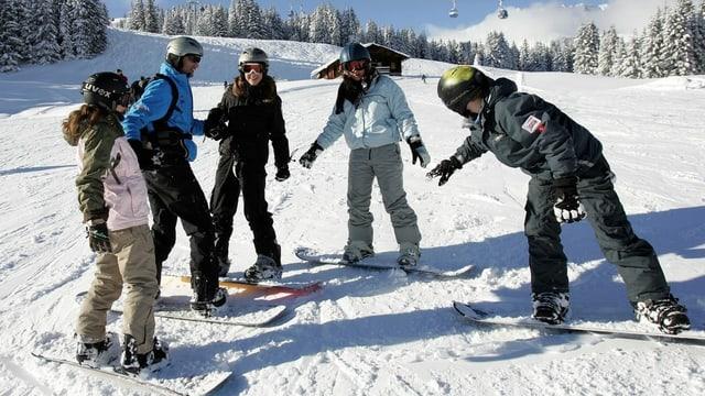 Junge Snowboarder auf der Piste