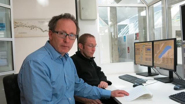 Da fliessen die Wasserstands-Daten zusammen: Bernhard Schudel (links) und Bernhard Wehren, Leiter Regulierdienst.