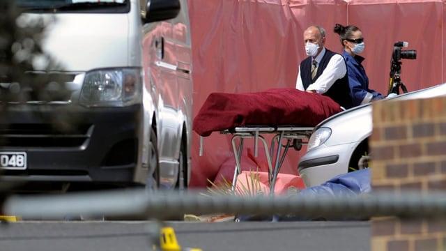 Der erschossene Terrorverdächtige liegt mit einem Tuch bedeckt auf einer Bahre