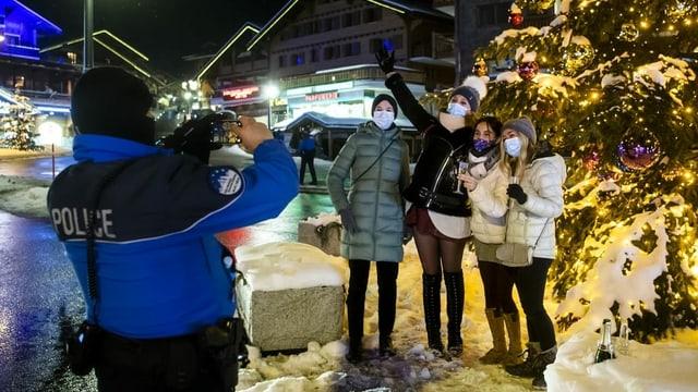 Polizeibeamter fotografiert eine Gruppe Personen