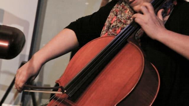 purtret d'Astrid Alexandre che suna il bass durant in concert.
