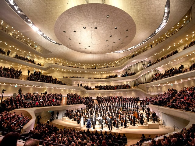 Ein voller ovaler Konzertsaal.