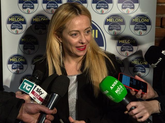 Giorgia Meloni bei einer Wahlveranstaltung gibt verschiedenen Medien Interviews