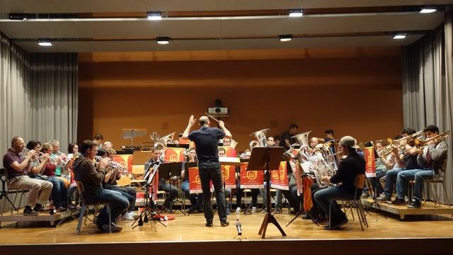 La Musica Instrumentala da Savognin durant l'emprova generala da venderdi saira.
