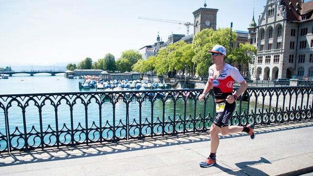 Der Schweizer Triathlet Ronnie Schildknecht läuft in der Zürcher Innenstadt den Ironman-Marathon.
