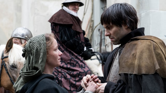 Bildstill aus dem Zwingli-Film: Zwingli hält die Hände seiner Anna.