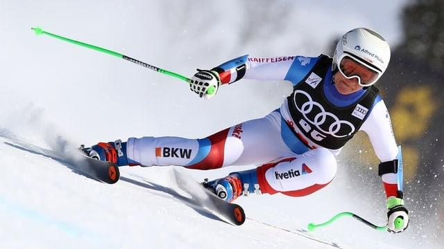 Eine Skifahrerin während einem Rennen.