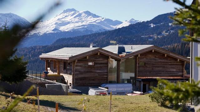 Villa in einer Bergwelt.