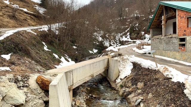 Das Kleinkraftwerk von Šekular. Im Bild die Querung der Leitung über das Bachbett.