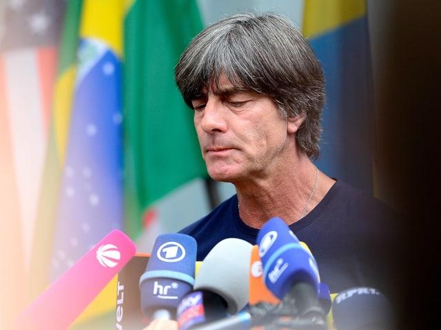 Joachim Löw an einer Medienkonferenz