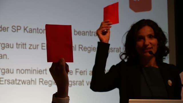SP-Mitglieder halten eine rote Karte auf