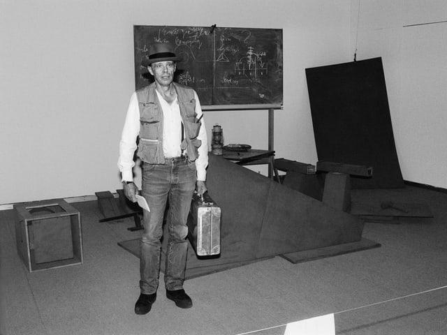 Der deutsche Künstler Joseph Beuys vor seiner Installation Vor dem Aufbruch aus dem Lager 1 beim Aufbau der Ausstellung Mythos und Ritual in der Kunst der 70er Jahre, Kunsthaus Zürich, Juni 1981.
