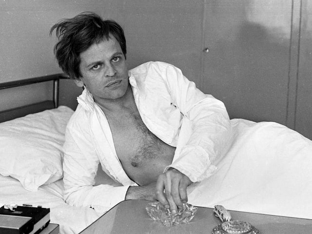 Kinski mit Kippe im Spital – nach einem Drehunfall in Rom.