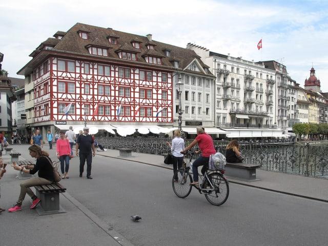 Fussgänger und Velos auf einer Brücke.