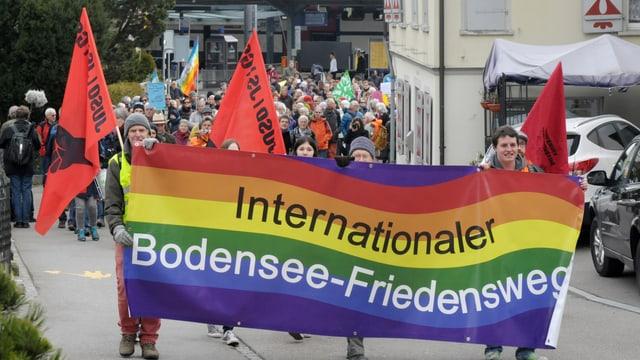 Demonstranten laufen mit Fahnen.