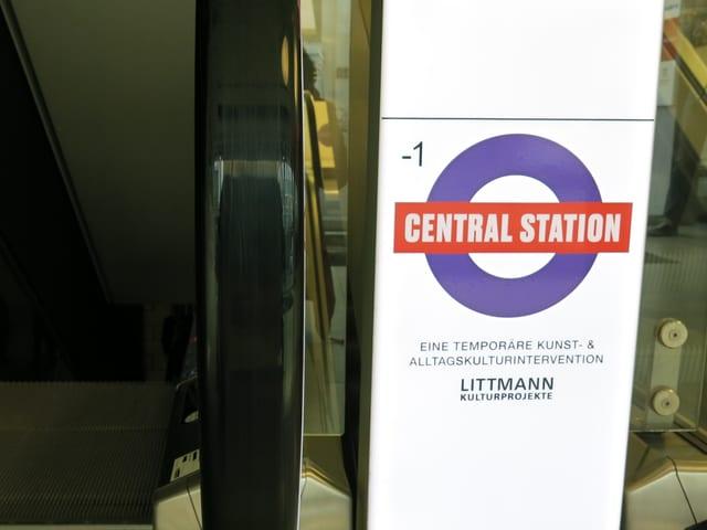 Rolltreppe nach unten und Schild Central Station.