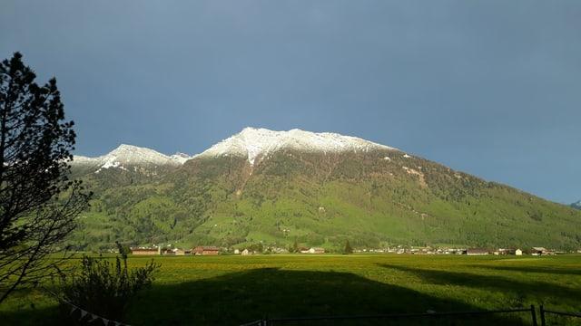 Linthebene am 26. April mit schneebedeckten Bergen im Hintergrund.