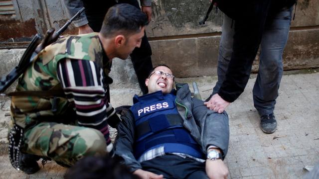 Ein Kameramann liegt verwundet am Boden.