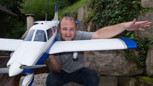 Michael Brunner mit einem Modellflieger.