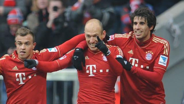 Robben (Mitte) und Martinez, die ersten beiden Bayern-Torschützen, freuen sich mit Shaqiri (links) über 3 weitere Punkte.