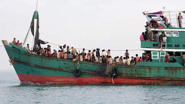 Ein Flüchtlingsboot im offenen Meer.