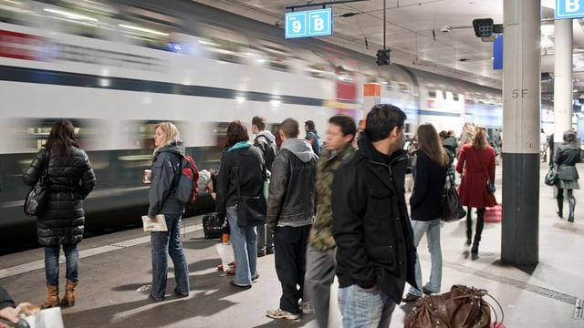 Wartende SBB-Kunden auf einem Perron am Hauptbahnhof Bern.