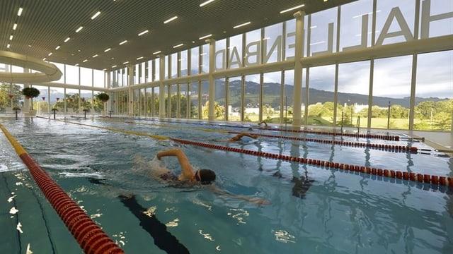 Schwimmen im Hallenbad Allmend Luzern.